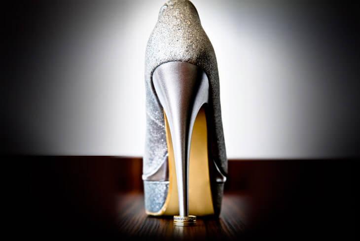 Ogni donna sa che prima o poi arriverà il momento in cui dovrà buttare uno  o due paia di scarpe ormai usurate e prive di forma. Quando quel momento di  lutto ... 560232174de