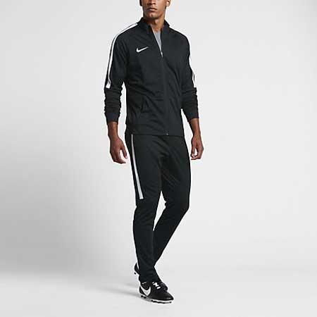 94d63b134df7 Una perfetta combinazione tra stile fashion e abbigliamento sportivo. E   questo quello che ci propone ancora una volta il marchio Nike